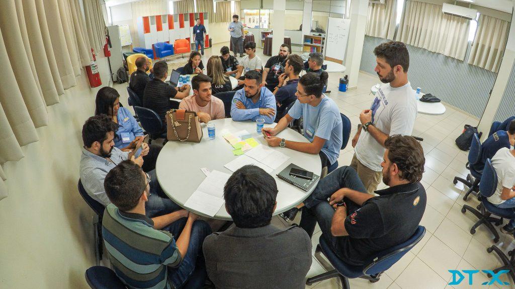 Colaboradores colocam a mão da massa através de metodologias ágeis no DTX Bluefields Aceleradora para transformação digital.